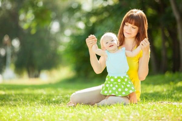 Kết quả hình ảnh cho đưa trẻ tắm nắng